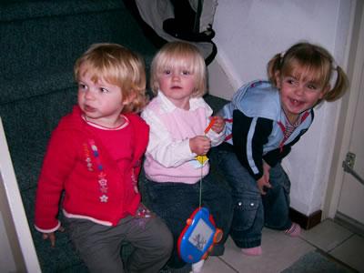 Meike zit met Anouk en Danique op de trap