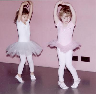 Berit en Meike vol geconcentreerd aan het dansen