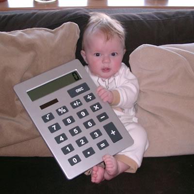Meike op de bank met een hele grote calculator