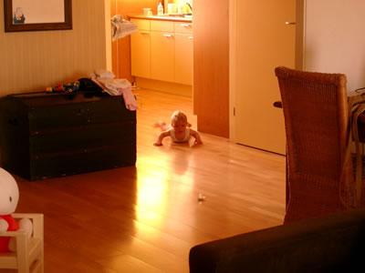 Meike kruipt over de vloer