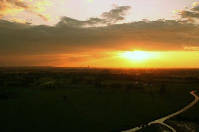 Mooie zonsondergang vanuit de lucht